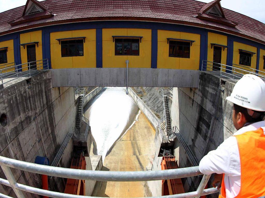 Nantinya dari waduk tersebut, air mengalir sebanyak 73 meter kubik per detik ke PLTA. Agus Trimukti/Humas PLN.