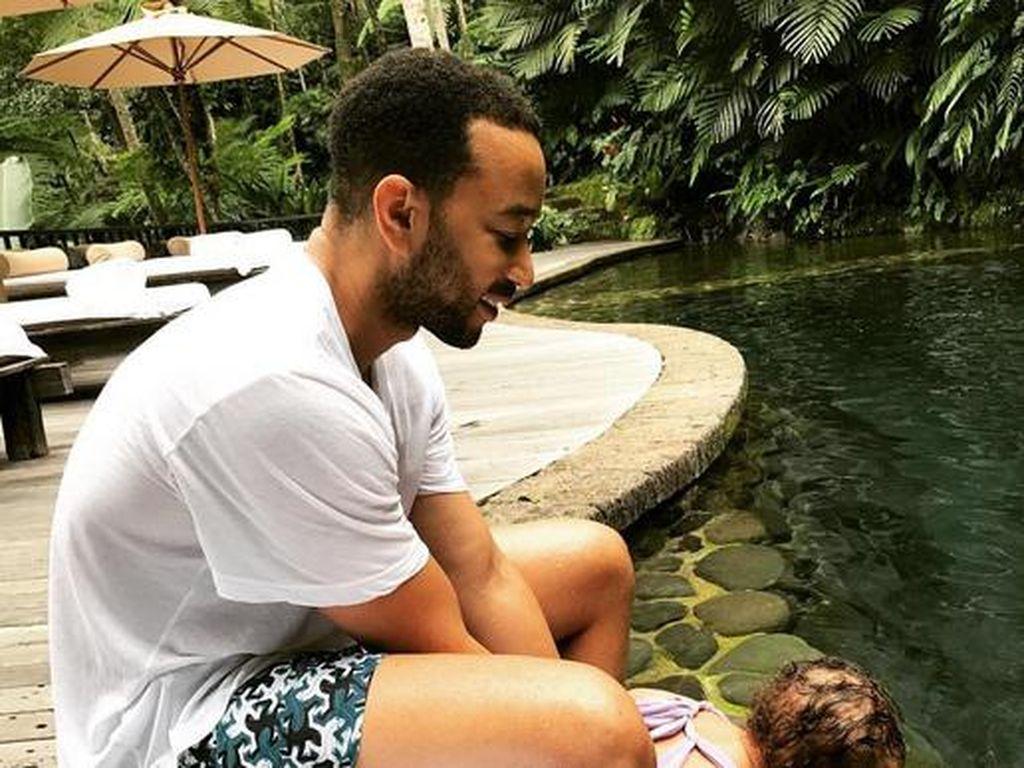 Ia pun mengunggah fotonya bermain air bersama putrinya. (Dok. Instagram/johnlegend)