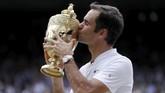 <p>Roger Federer yang sudah mengoleksi 19 gelar Grand Slam mencetak sejarah sebagai petenis pertama yang mampu merebut gelar gelar Wimbledon. (REUTERS/Andrew Couldridge)</p>
