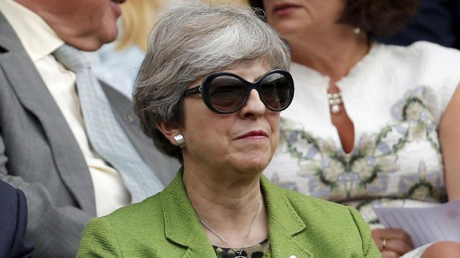 Tokoh ternama lainnya yang hadir di laga final Wimbledon 2017 adalah Perdana Menteri Inggris Theresa May. (REUTERS/Andrew Couldridge)