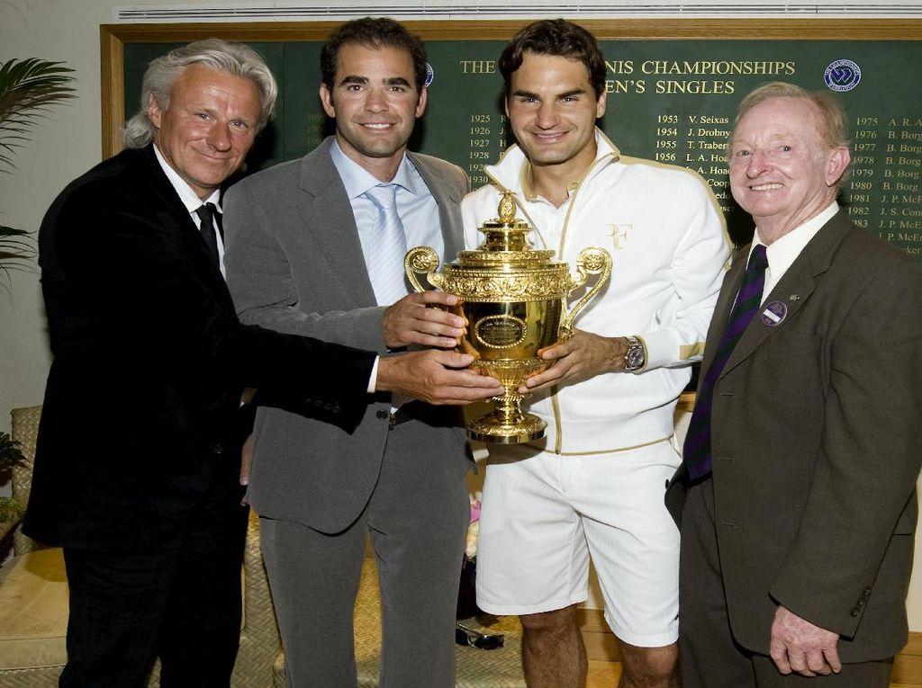 Roger Federer bersama trofi Wimbledon 2009. Dia mendapatkan trofi Wimbledon kedelapannya pada tahun 2017. (AELTC/Pool/Getty Images)