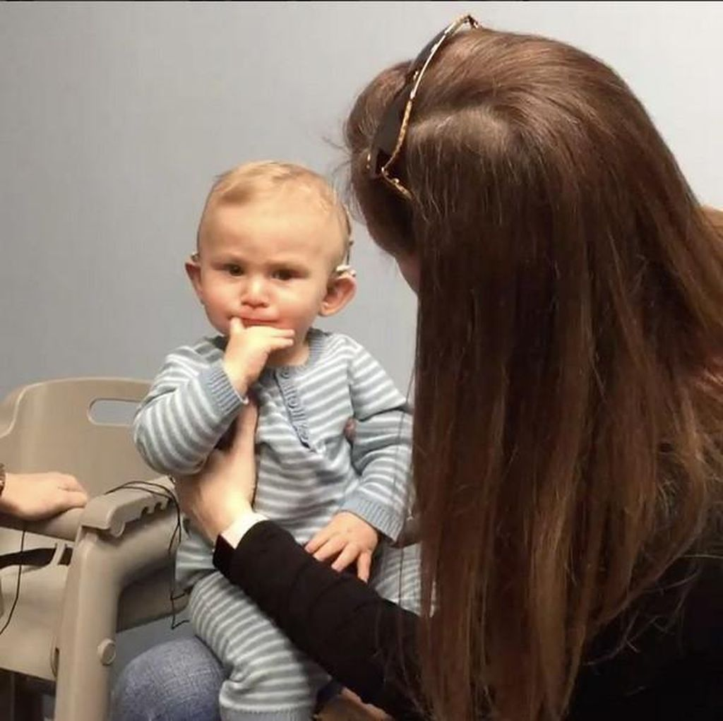 Bocah Ini Menangis Haru Begitu Dengar Suara Ibunya untuk Pertama Kali