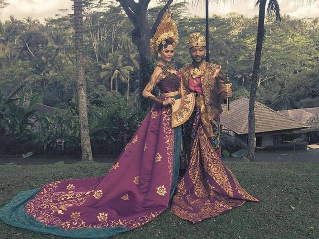 John Legend dan Chrissy Teigen tampil dengan busana adat Bali yakni Payas Agung. (Dok. Instagram/chrissyteigen)