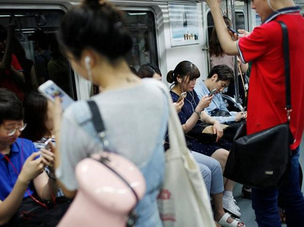 Suasana di dalam MRT Korsel. Foto: Getty Images