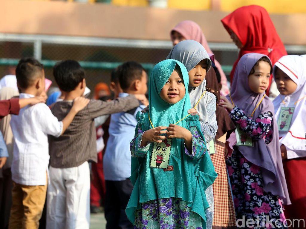 Para siswa berbaris sebelum memasuki kelas.