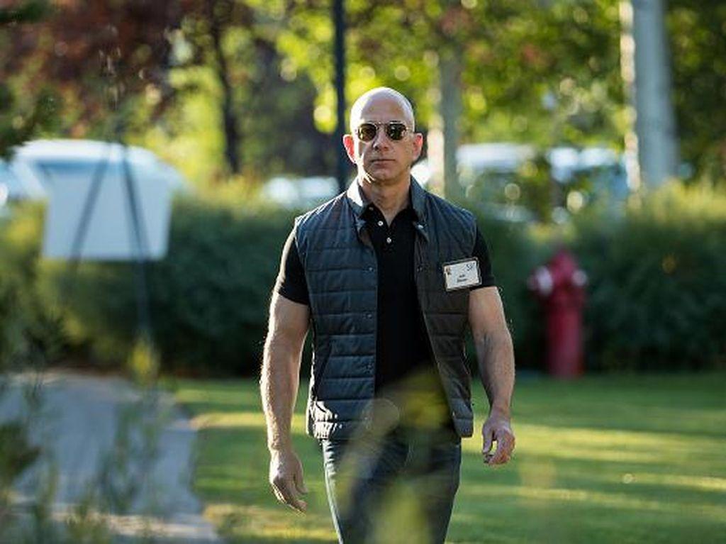 CEO Amazon, Jeff Bezos tampil kasual. Ia belakangan semakin kaya dan bukan tak mungkin menyalip Bill Gates dalam waktu dekat. Foto: Getty Images