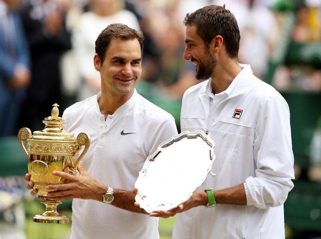 Kemenangan itu menjadikan Federer sebagai petenis putra pengoleksi gelar Wimbledon terbanyak dengan total delapan gelar. Dia mematahkan rekor William Renshaw dan Pete Sampras (7 gelar). Foto: Julian Finney/Getty Images