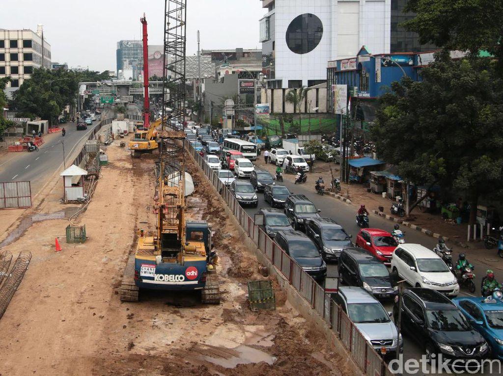 Proyek yang menghabiskan anggaran tidak kurang dari Rp 200 miliar tersebut mengakibatkan kemacetan saat pengerjaannya.