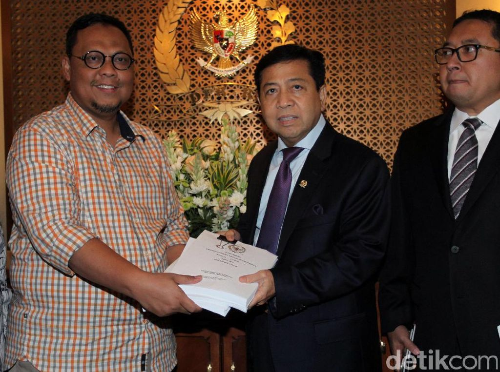 Ketua Pansus RUU Pemilu Lukman Eddy saat menyerahkan laporan hasil Pansus RUU Pemilu yang telah dibahas oleh pemerintah kepada Ketua DPR RI, Setya Novanto yang didampingi Wakilnya Fadil Zon.