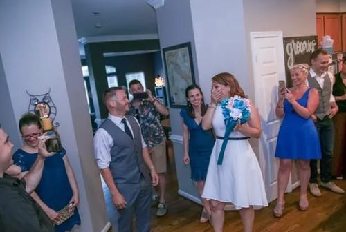 Romantis! Tak Hanya Dilamar, Wanita Ini Juga Dikejutkan dengan Pernikahan