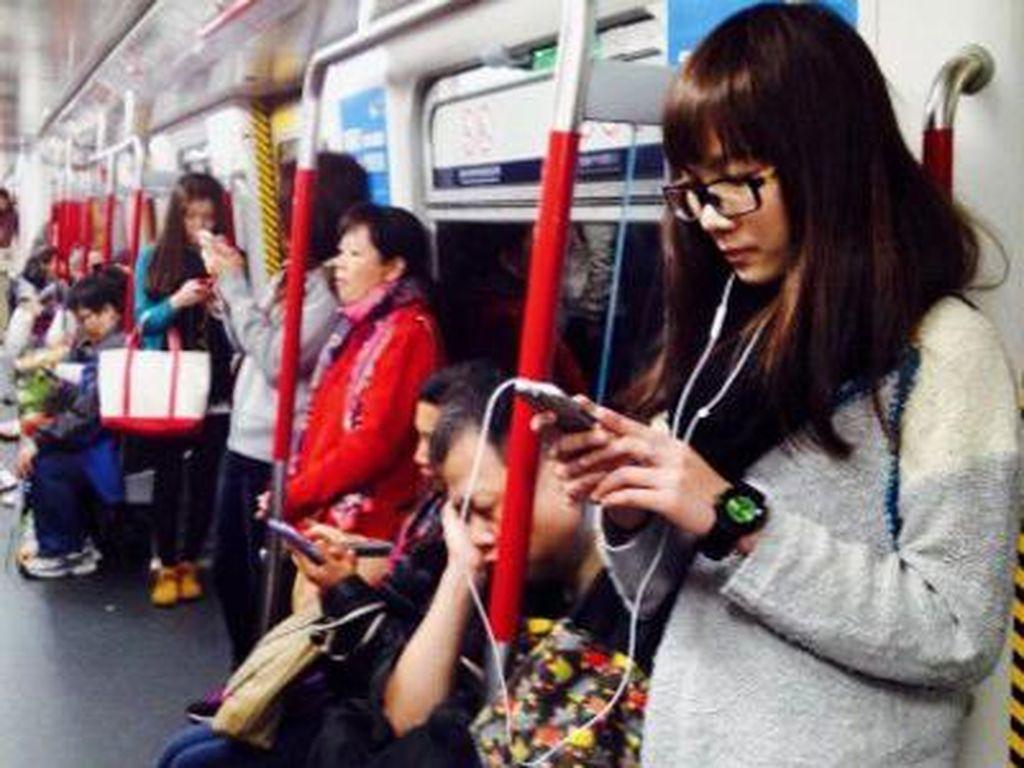 Menikmati perjalanan dengan akses smartphone. Foto: Getty Images