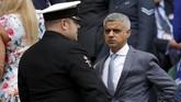 Wali Kota London Sadiq Khan telrihat di royal box sebelum laga final. Sejumlah politikus Inggris juga terlihat hadir menyaksikan laga final. (REUTERS/Andrew Couldridge)