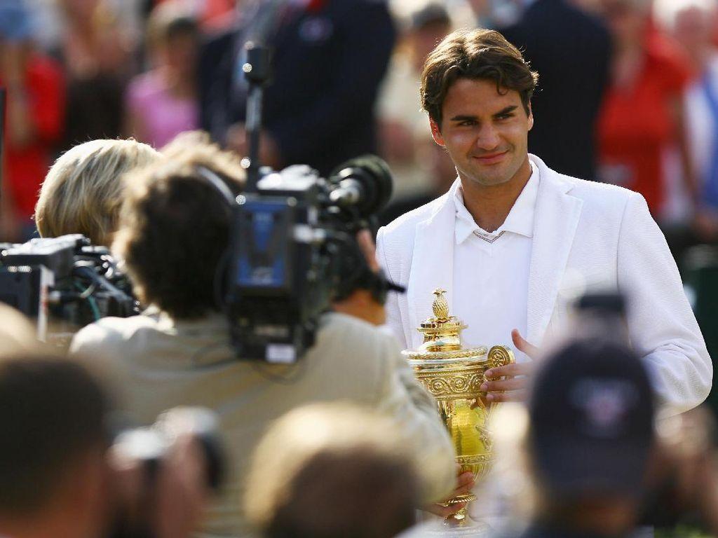 Roger Federer mengangkat trofi Wimbledon 2007. Dia butuh waktu 14 tahun untuk menjadi raja diraja Wimbledon. (Ryan Pierse/Getty Images)