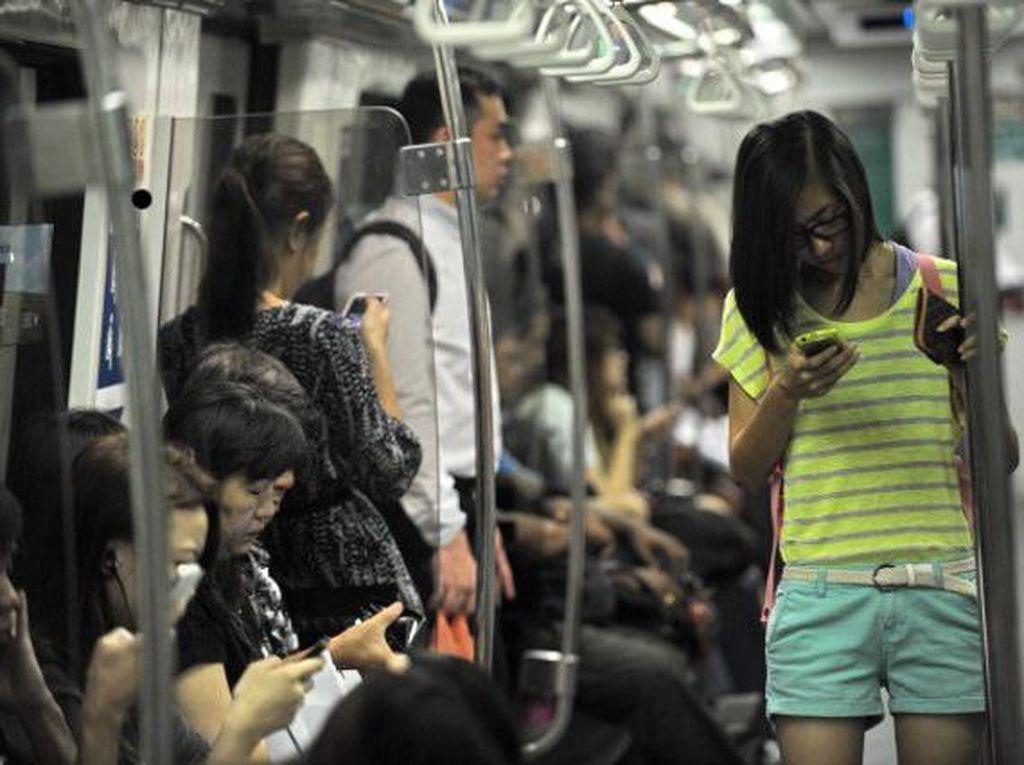Suasana di dalam kereta bawah tanah MRT Singapura.Foto: Getty Images