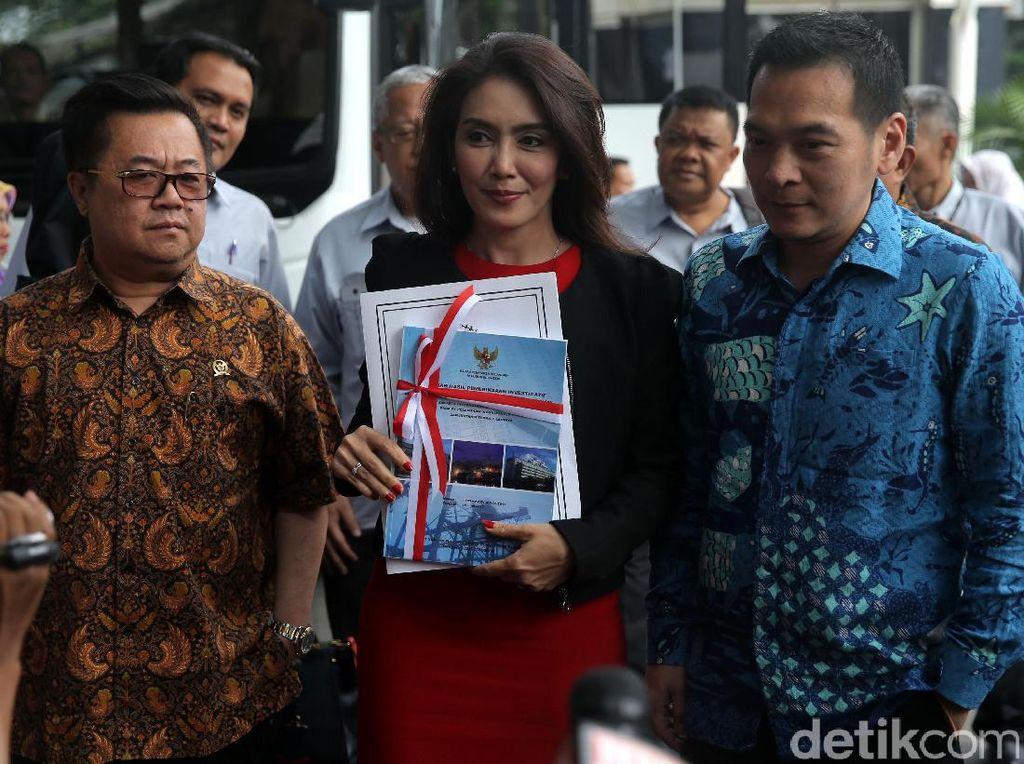 Ketua Pansus angket Pelindo II Rieke Diah Pitaloka memberikan keterangan pers sebelum memasuki gedung KPK.