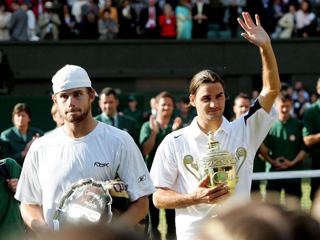 Roger Federer juara Wimbledon 2004 usai mengalahkan Andy Roddick 4–6, 7–5, 7–6(7–3), 6–4. (Clive Brunskill/Getty Images)