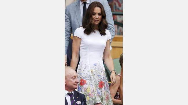 Duchess of Cambridge Kate Middleton menjadi salah satu tamu kehormatan di laga final. Middleton terlihat anggun menggunakan gaun putih yang menjadi ciri khas turnamen Wimbledon. (REUTERS/Andrew Couldridge)