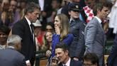 Aktor kawakan Inggris, Hugh Grant (kiri), terlihat berbicara dengan istri Eddie Redmayne, Hannah Redmayne, sebelum final Roger Federer melawan Marin Cilic. (REUTERS/Daniel Leal-Olivas/Pool)