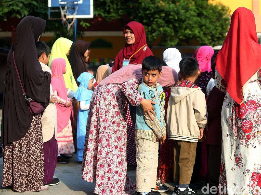 Para orang tua mendampingi anaknya mengikuti kegiatan di hari pertama masuk sekolah.