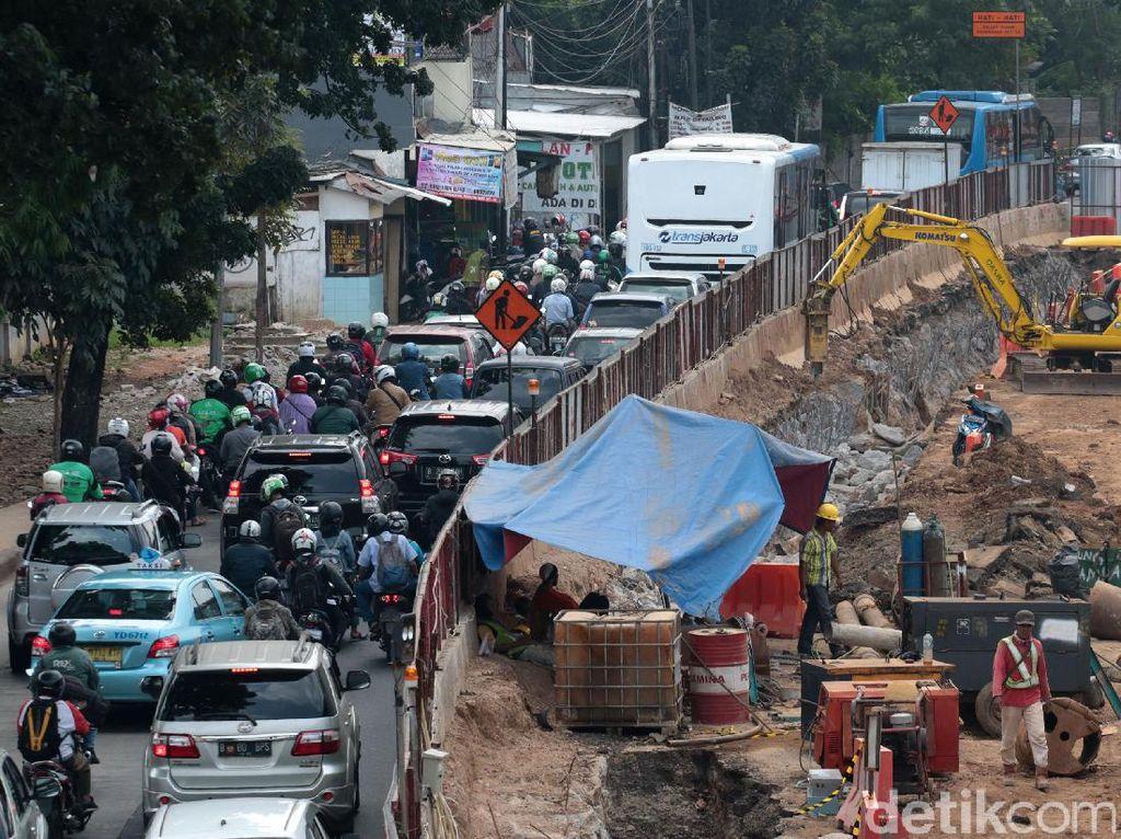 Para pengendara melalui kemacetan yang diakibatkan oleh proyek underpass Mampang Prapatan, Jakarta, Senin (17/7/2017).