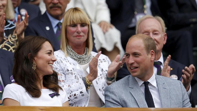 Pangeran William dan Kate Middleton tersenyum ketika mendapat sambutan tepuk tangan dari penonton jelang laga final Wimbledon 2017. (REUTERS/Andrew Couldridge)