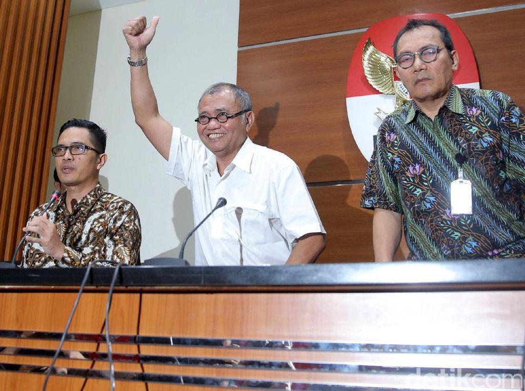 (Kanan-kiri) Juru Bicara KPK Febri Diansyah, Ketua KPK Agus Rahardjo dan Wakil Ketua KPK Saut Situmorang memberikan keterangan pers di Gedung KPK, Jakarta, Senin (17/7/2017).