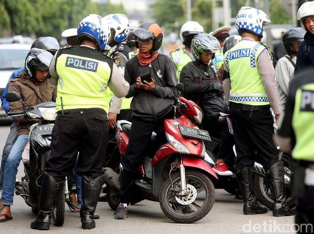 Razia dilakukan di Jalan DI Pandjaitan, Jakarta Timur, Senin (17/07/2017).