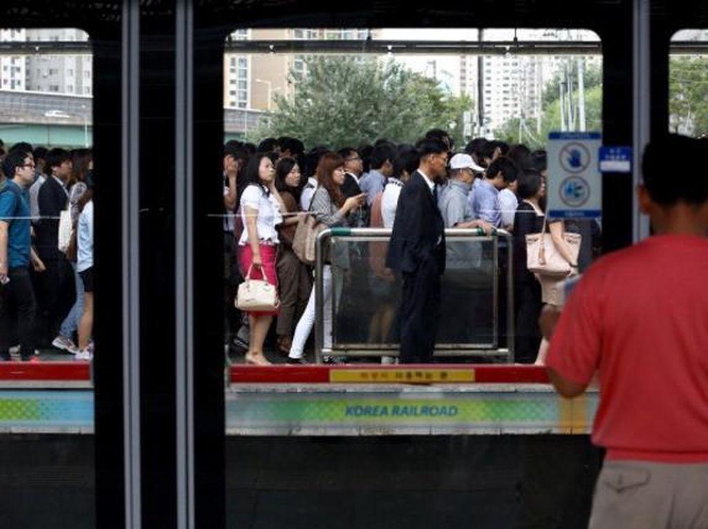 Ini adalah antrean menuju MRT di Korea Selatan. Foto: Getty Images