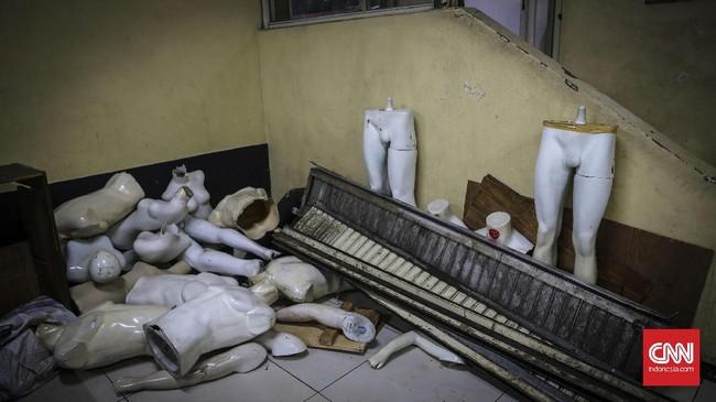Manekin yang usang ditinggalkan pedagang. Penjualan yang tak pasti dan turunnya pembeli, menjadi keputusan beberapa pedagang meninggalkan Mal Blok M. (CNNIndonesia/Safir Makki)