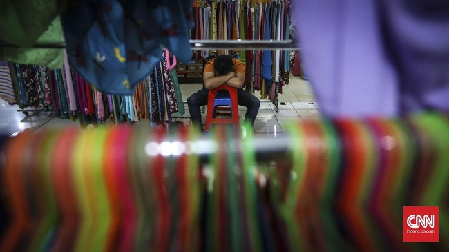 Pedagang tertidur di kios pakaian muslim Mal Blok M Jakarta. Pembeli menurun dua tahun terakhir, tak banyak yang mampir hanya melintas untuk transit ke terminal blok m yang berada di atas mal. (CNNIndonesia/Safir Makki)