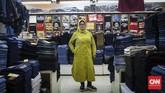 Ibu Warniati (52) sudah 32 tahun bekerja sebagai penjaga toko pakaian. Sejak 1997, ia dipercaya mengontrol dan menjaga toko Win Win Jeans Center di Mal Blok M. Ia bercerita, dua tahun belakangan ini penjualan jeans dan kaos mulai merosot. (CNNIndonesia/Safir Makki)