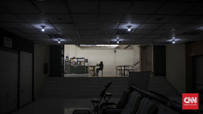 Pedagang makan dan minuman menunggu pembeli. Menurun drastisnya pengunjung Mal Blok M sangat dirasakan pedagang, selain bertumbuhnya pusat perbelanjaan di pinggiran Jakarta, proyek MRT di kawasan Blok M ditengarai ikut mempengaruhi. (CNNIndonesia/Safir Makki)