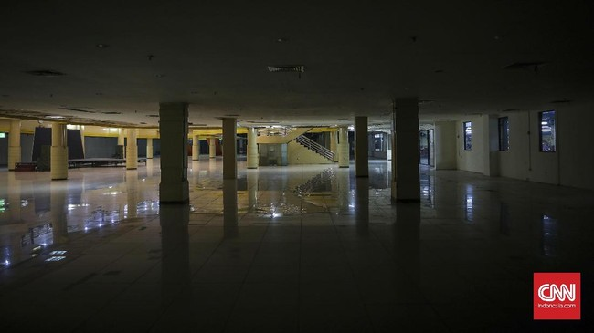 Suasana lantai bawah Mal Blok M yang tengah ditata ulang. Dulunya tempat ini terdiri dari berbagai kios pakaian, batu akik, kantin cepat saji. (CNNIndonesia/Safir Makki)