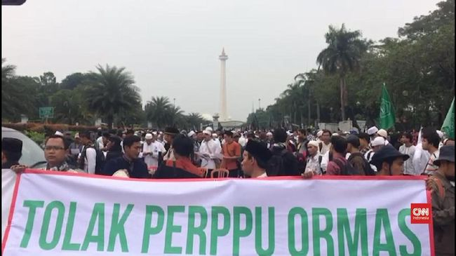 Massa Tolak Perppu Ormas Bersalawat di Monas