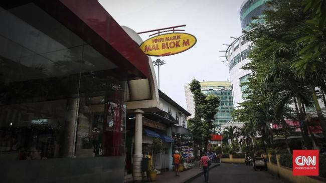 Suasana mal BlokM dari luar. Mal yang akan berusia 25 tahun oktober mendatang ini dibangun berdasarkan program kerja sama BOT dengan pemda DKI Jakarta selama 30 tahun. (CNNIndonesia/Safir Makki)