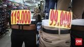 Pedagang menunggu pembeli di kios pakaian dan sepatu. Saat ini di Mal Blok M tak sampai puluhan kios yang berjualan sepatu dan pakaian. 3 tahun lalu masih banyak pilihan toko untuk berbelanja sepatu. Beberapa toko meninggalkan Mal Blok M pindah ke Blok M Square yang lebih ramai pengunjung. (CNNIndonesia/Safir Makki)