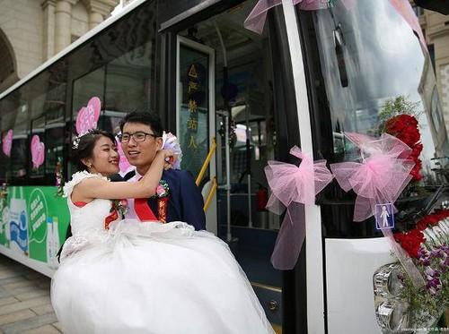 Pasangan Ini Sewa Bus Sebagai Mobil Pengantin, Alasannya Sungguh Romantis