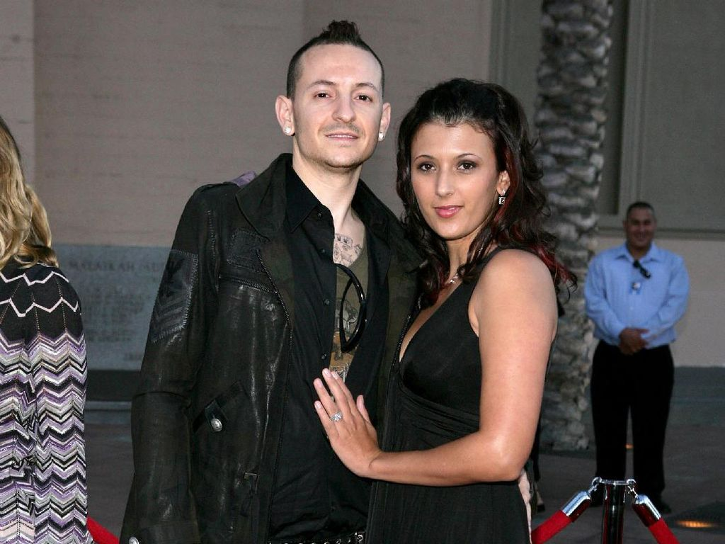 Foto: Mengenang Kemesraan Chester Bennington dan Istrinya Talinda