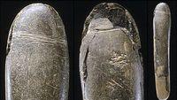 Batu pahatan berbentuk penis ini ditemukan di gua Hohle Fels dan diperkirakan berusia sekitar 28 ribu tahun. Peneliti menduga bahwa batu tersebut dipakai sebagai mainan sex oleh orang-orang purba dulu. (Foto: BBC)