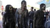 Karakter zombie juga menjadi salah satu pilihan untuk cosplay di San Diego Comic-Con, seperti yang ditunjukkan sejumlah penggemar serial 'The Walking Dead' ini. (REUTERS/Mike Blake)