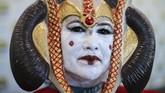 Salah seorang pengunjung, Benilda dari San Fransisco datang ke San Diego Comic-Con dengan kostum Queen Amidala dari serial Star Wars. (REUTERS/Mike Blake)