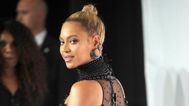Beyonce Bikin Gebrakan Lewat Koleksi Sweater Natal