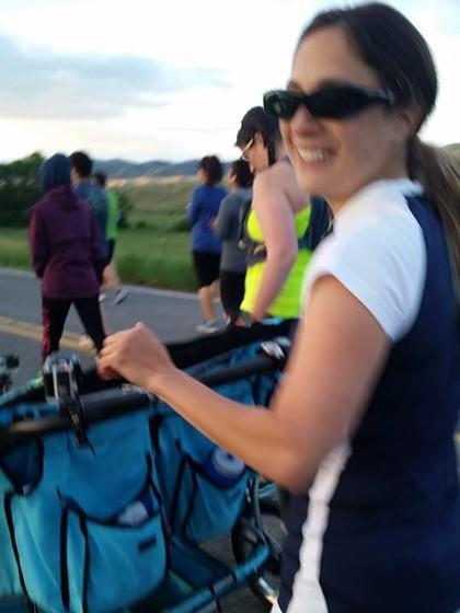 Wow, Ibu Ini Maraton Sambil Mendorong 3 Stroller Berisi Anaknya Sekaligus