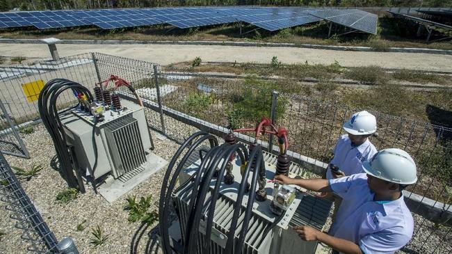 Aktivitas di Pembangkit Listrik Tenaga Surya (PLTS) Kupang di Desa Oelpuah, Kabupaten Kupang, NTT, Kamis (20/7). PLTS Kupang yang berkapasitas 5 MWp tersebut merupakan pembangkit tenaga listrik terbesar di Indonesia yang beroperasi sejak 27 Desember 2015 dan memberikan pasokan listrik ke wilayah Kupang. (ANTARA FOTO/Widodo S Jusuf)