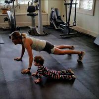 Bahkan di sela-sela mengasuh anak, ia bisa tetap aktif bergerak. (Foto: Instagram @carrieunderwood)