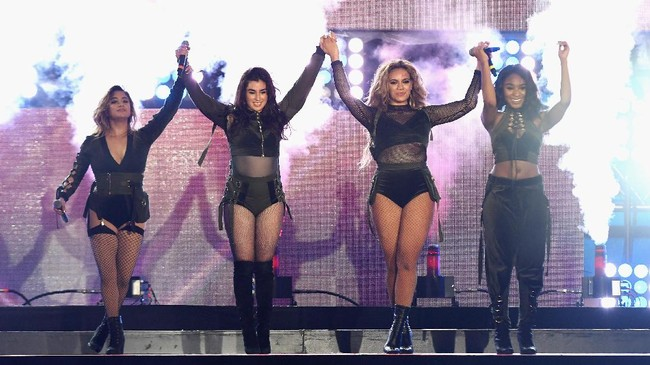 Empat orang tersisa dari Fifth Harmony berjanji bertahan selepas ditinggal Camila. Namun janji itu hanya dapat ditepati sampai Maret 2018, ketika mereka mengumumkan rehat hingga waktu yang tak dapat ditentukan untuk mengejar karier masing-masing. Fifth Harmony pun tinggal sejarah.(Jason Koerner/Getty Images for iHeartMedia/AFP)