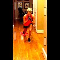 Tidak selalu butuh alat khusus, Carrie Underwood juga pandai memaksimalkan benda-benda dalam keseharian. Misalnya handuk, bisa dipakainya untuk latihan otot perut. (Foto: instagram @carrieunderwood)