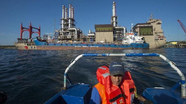 Kapal pembangkit listrik terapung Karadeniz Powership Gokhan Bey beroperasi di perairan Bolok, Kupang, NTT, Kamis (20/7). Kapal asal Turki berkapasitas 110 MW tersebut memberikan pasokan listrik ke kota Kupang dan tiga kabupaten lainnya di daratan Timor yakni Timor Tengah Selatan, Timor Tengah Utara dan Belu. (ANTARA FOTO/Widodo S Jusuf)