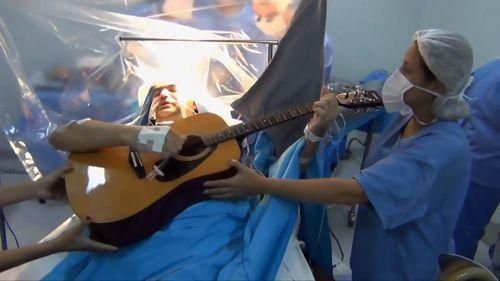 Jalani Operasi Otak Sambil Main Gitar? Orang-orang Ini Pernah Mengalaminya 2