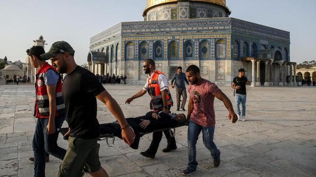 Dicopotnya detektor logam dan kamera pengawas oleh petugas keamanan Israel menandai aksi penting yang diambil Perdana Menteri Benjamin Netanyahu. Sementara Palestina merayakan kebijakannya itu, sejumlah lawan politik Netanyahu menilai itu sebuah kelemahan. (AFP PHOTO / AHMAD GHARABLI)